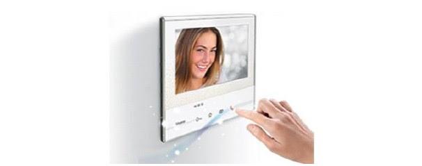 """Classe 300X con pantalla de 7"""" en acabado claro, brillante y efecto cristal (disponible también en acabado oscuro)"""